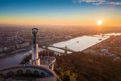 Budapest, Ungheria - vista panoramica aerea di alba alla statua della libertà con Liberty Bridge Immagine Stock