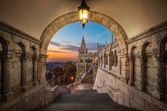 Budapest, Ungheria - vista sul bastione antico Halaszbastya del ` s del pescatore ad alba fotografie stock libere da diritti