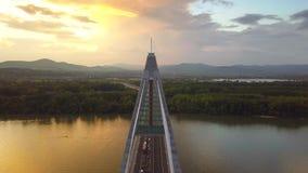 Budapest, Ungheria - volo 4K sopra il ponte di Megyeri al tramonto con traffico pesante di pomeriggio video d archivio