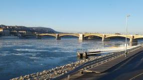 Budapest vintertid - iskall DonauMargaret bro Arkivfoto
