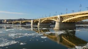 Budapest vintertid - iskall DonauMargaret bro Royaltyfria Bilder