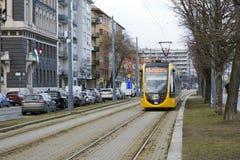 Budapest, Węgry, Luty 13, 2019 Żółty tramwaj jedzie wzdłuż ścieżki wśród ulic Węgierski kapitał Tramwaj jest obrazy royalty free