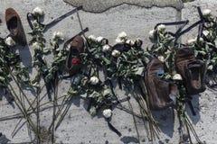 BUDAPEST, WĘGRY - august 26, 2017: Buty na Danube banku honorować żyd które zabili w Budapest podczas drugiej wojny światowa obrazy stock