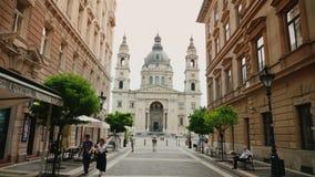 Budapest, Węgry, Czerwiec 2017: Chodzi wzdłuż pięknej ulicy Budapest bazylika święty Istvan zbiory wideo