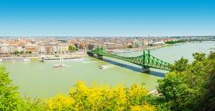 BUDAPEST WĘGRY, CZERWIEC, - 15, 2016: Dunabe rzeka z słynnym swoboda mostem łączy Budę i zarazy w Budapest Węgry, Jun, - Zdjęcie Royalty Free