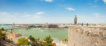BUDAPEST WĘGRY, CZERWIEC, - 15, 2016: Panoramiczny widok Dunabe rzeka z Łańcuszkowym mostem łączy Budę i zarazy w Budapest, Węgry Zdjęcia Royalty Free