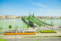 BUDAPEST WĘGRY, CZERWIEC, - 15, 2016: Sławny swoboda most łączy Budę i zarazy przez Dunabe rzekę w Budapest Węgry, Czerwiec, - Fotografia Royalty Free