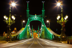 BUDAPEST WĘGRY, CZERWIEC, - 15, 2016: Wschodnia strona łączy Budę i zarazy przez Dunabe rzekę w Budapest swoboda most, Hungar Zdjęcie Stock