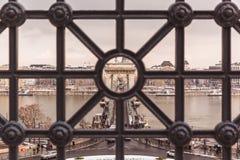 BUDAPEST, WĘGRY - 16 GRUDZIEŃ, 2018: Odgórny widok Łańcuszkowy most w zimie z śniegiem w Budapest, Węgry obrazy stock