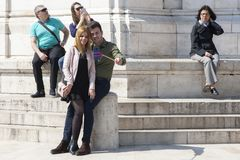 Budapest Węgry, Kwiecień, - 8, 2018: dobiera się brać selfie z telefonem i robić niemądrym twarzom w ulicie zdjęcia stock