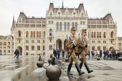 Budapest, Węgry - 17 2018 Kwiecień: gwardia honorowa przy Węgierskim parlamentem obrazy royalty free