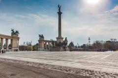 BUDAPEST WĘGRY, KWIECIEŃ, - 04, 2019: Wiele turystów przespacerowanie na bohaterach Kwadratowych Jest jeden odwiedzający przyciąg obraz stock