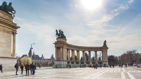 BUDAPEST WĘGRY, KWIECIEŃ, - 04, 2019: Wiele turystów przespacerowanie na bohaterach Kwadratowych Jest jeden odwiedzający przyciąg fotografia royalty free