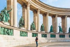 BUDAPEST WĘGRY, KWIECIEŃ, - 04, 2019: Wiele turystów przespacerowanie na bohaterach Kwadratowych Jest jeden odwiedzający przyciąg zdjęcia stock