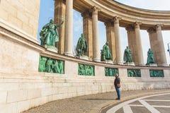 BUDAPEST WĘGRY, KWIECIEŃ, - 04, 2019: Wiele turystów przespacerowanie na bohaterach Kwadratowych Jest jeden odwiedzający przyciąg zdjęcie royalty free