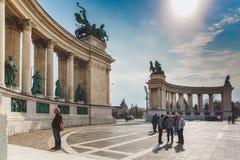 BUDAPEST WĘGRY, KWIECIEŃ, - 04, 2019: Wiele turystów przespacerowanie na bohaterach Kwadratowych Jest jeden odwiedzający przyciąg obrazy stock
