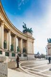 BUDAPEST WĘGRY, KWIECIEŃ, - 04, 2019: Wiele turystów przespacerowanie na bohaterach Kwadratowych Jest jeden odwiedzający przyciąg obrazy royalty free