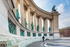BUDAPEST WĘGRY, KWIECIEŃ, - 04, 2019: Wiele turystów przespacerowanie na bohaterach Kwadratowych Jest jeden odwiedzający przyciąg obraz royalty free