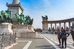 BUDAPEST WĘGRY, KWIECIEŃ, - 04, 2019: Wiele turystów przespacerowanie na bohaterach Kwadratowych Jest jeden odwiedzający przyciąg fotografia stock