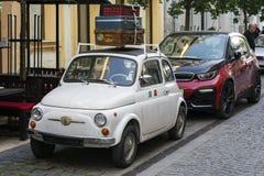 BUDAPEST WĘGRY, MAJ, - 5, 2018: Weteran Fiat 500 spotyka nowożytnego bmw i3 Technologia i tradycja Past i przyszłość obraz royalty free