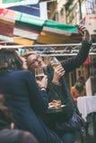 BUDAPEST WĘGRY, MARZEC, - 26, 2017: Niewiadomi kobieta turyści pije piwo Obraz Stock