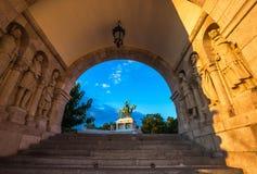 Budapest, Węgry - opiekuny rybaka bastion z świętego Stephen ` s statuą zdjęcia royalty free