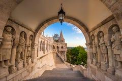 Budapest, Węgry - opiekuny sławny rybaka ` s bastion na Budy wzgórzu obrazy stock