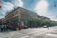BUDAPEST WĘGRY, PAŹDZIERNIK, - 26, 2015: Budapest Ikarus tramwaju transport publiczny i ludzie Krzyżuje drogę Obrazy Stock