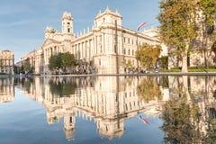 BUDAPEST WĘGRY, PAŹDZIERNIK, - 27, 2015: Budapest Parlament kwadrat z fontanny wodą, ruszający się ludzi i odbicie Zdjęcia Royalty Free