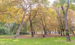 BUDAPEST WĘGRY, PAŹDZIERNIK, - 26, 2015: Park w bohatera kwadracie, Budapest Węgry Para siedzi na ławce Zdjęcie Stock