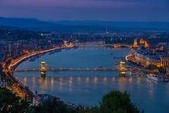 Budapest, Węgry - Panoramiczny linia horyzontu widok przy błękitną godziną sławny Szechenyi Łańcuszkowy most Zdjęcia Royalty Free