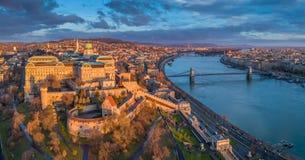 Budapest, Węgry - Powietrzny panoramiczny widok Buda kasztel Royal Palace z Szechenyi Łańcuszkowym mostem, parlament obrazy stock