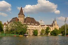 BUDAPEST WĘGRY, SIERPIEŃ, - 7, 2018: Jezioro Blisko Vajdahunyad kasztelu Budapest Vajdahunyad kasztel - jeden kilka punkt zwrotny fotografia stock