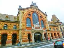 Budapest Węgry, Styczeń, - 01, 2016: Ludzie iść przy Środkowym rynkiem Hall w Budapest, Węgry Fotografia Stock