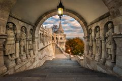 Budapest, Węgry - widok na antycznym rybaka ` s bastionie Halaszbastya przy wschodem słońca obraz royalty free