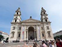 BUDAPEST WĘGRY, WRZESIEŃ, - 16, 2016: Ludzie chodzi przed historycznym kościół - St Stephen bazylika Ja wymienia na cześć obrazy stock
