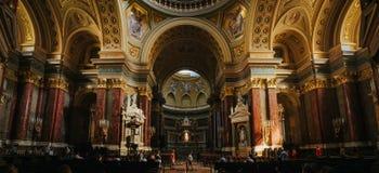 BUDAPEST WĘGRY, WRZESIEŃ, - 16, 2016: Ludzie odwiedzają historycznego kościół - St Stephen bazylika Ja wymienia na cześć Stephen  zdjęcie stock