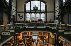 BUDAPEST WĘGRY, WRZESIEŃ, - 17, 2016: PeÑ ‰ ple wizyta odnawił targową salę (Vi Vasarcsarnok) przy Batthyany teru kwadratem jedyn fotografia stock