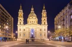 Budapest, Węgry: Noc widok St Stephen ` s bazyliki katedra Obrazy Stock