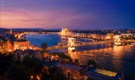 Budapest y el río Danubio en la noche foto de archivo libre de regalías