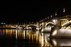 Budapesta在多瑙河的夜桥梁 图库摄影