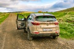 Budardalur, Islanda - 4WD locativo su una strada fangosa immagini stock libere da diritti