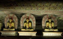 Budas de assento no templo da caverna de Dambulla imagens de stock