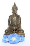 Budda Buddha mit blauen Blumen stockfoto