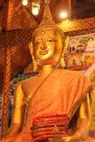 Budda de oro en el templo imagen de archivo