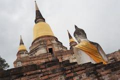 Budda-Statuen bei Wat Yai Chai Mongkon Stockfotografie