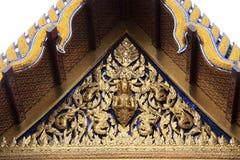 Budda tailandés del ángulo del diseño del arte en la azotea del templo Imagen de archivo libre de regalías