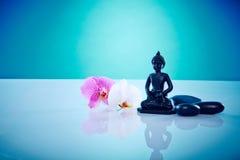 Buddah avec des orchis roses et blancs Photo stock