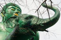 Buddah, das einen Elefanten reitet Lizenzfreie Stockfotos