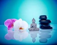 Buddah med rosa och vita orchis royaltyfri fotografi